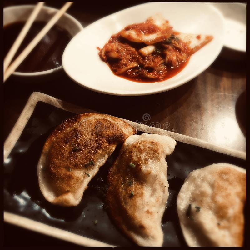 Koreańskie kluchy i kimchi obraz stock