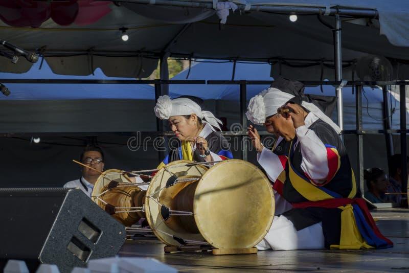 Koreańskie kobiety bawić się bęben dla Lotosowego festiwalu echa parka zdjęcie stock