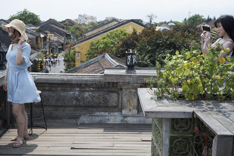 Koreańskie kobiety biorą each inny w obrazkach dla ogólnospołecznych sieci zdjęcie royalty free