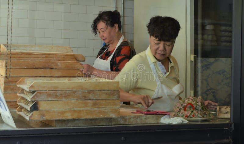 Korea kobiet Grodzcy Restauracyjni pracownicy Robi Koreańskim kluchom obrazy stock