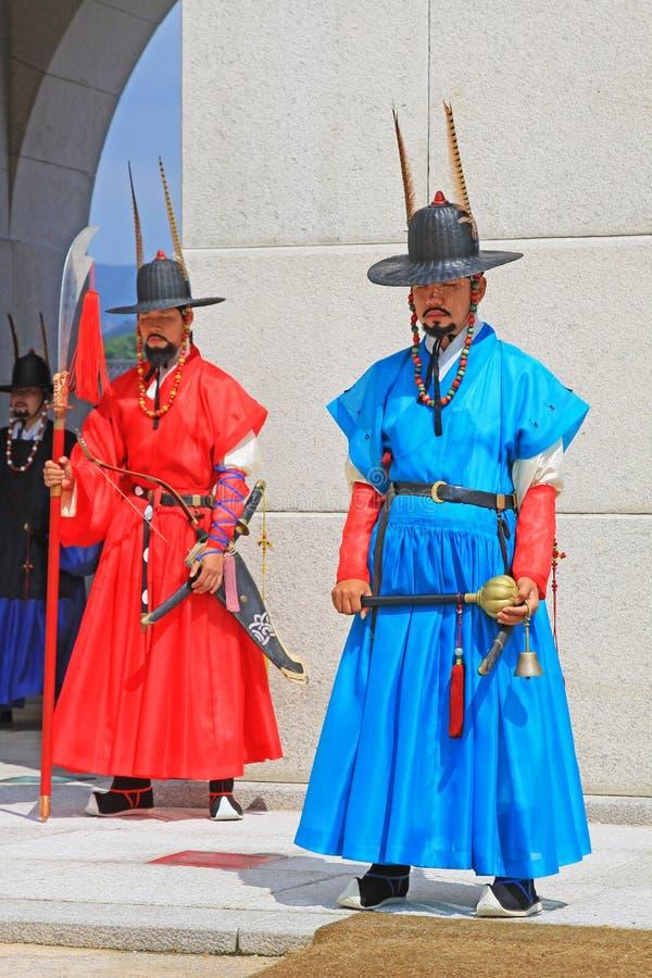 Korea kunglig vakt på den Gyeongbokgung slotten royaltyfria foton
