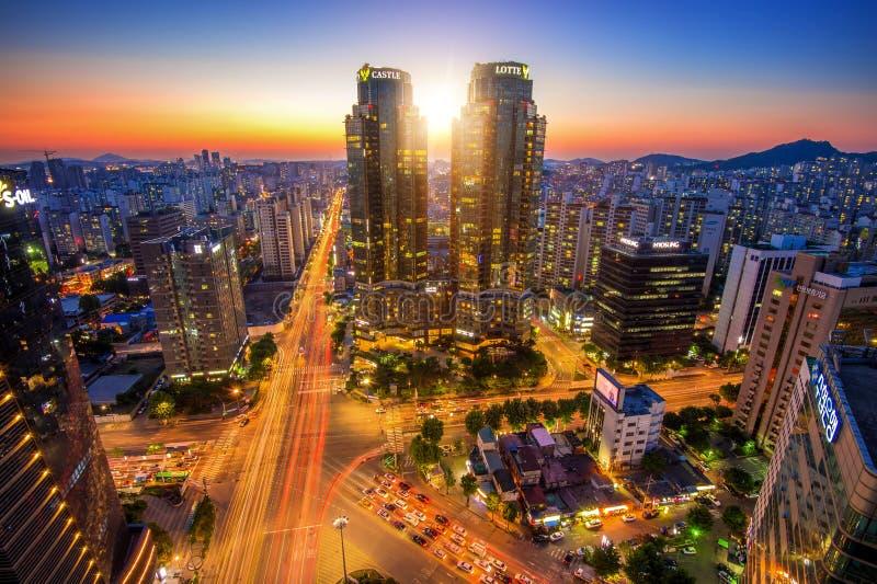 Korea-Nachtansicht, Nachtverkehr beschleunigt bei Lotte in Seoul lizenzfreie stockfotos