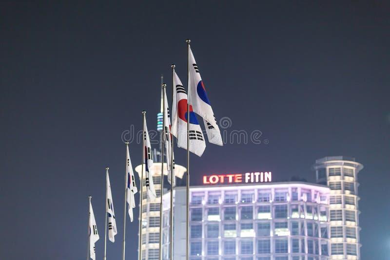 Korea nationsflaggor i Dongdaemun arkivfoto