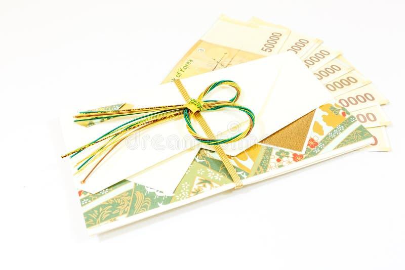 Korea pengar med gåvakuvertet på vit bakgrund arkivbilder