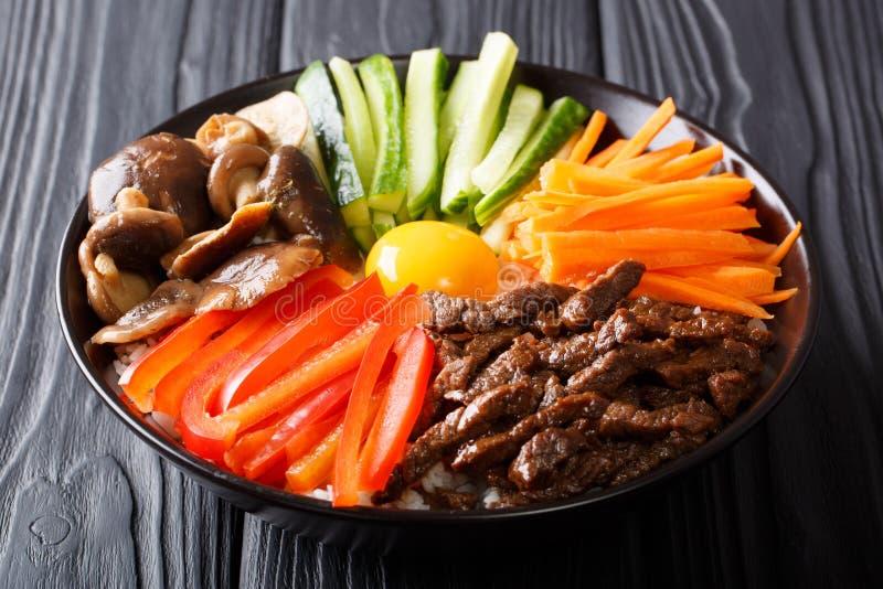 Koreaans gezond voedsel Bibimbap van rijst met gebraden rundvlees, ruw ei, v stock fotografie