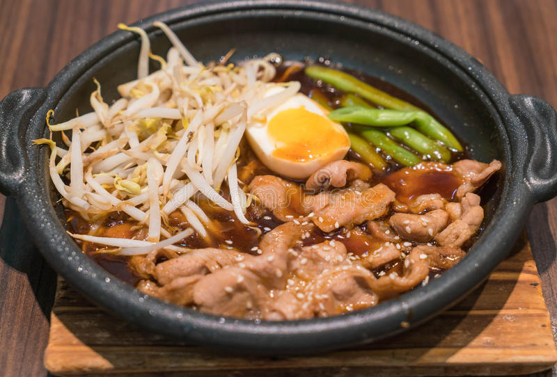Koreaans kruidig die bbq varkensvlees op een warmhoudplaat wordt gediend stock afbeelding