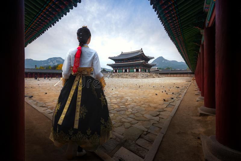 Koreaanse dame in de kleding van Hanbok of van Korea royalty-vrije stock foto's