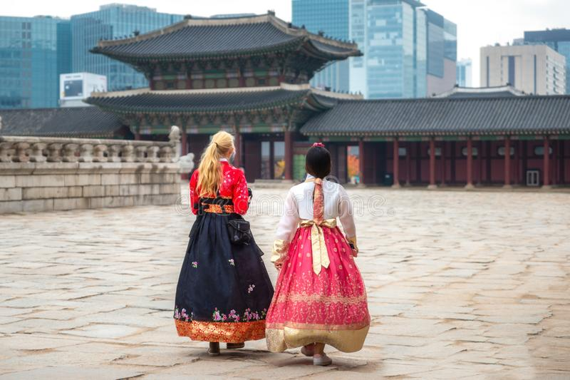 Koreaanse dame in de kleding van Hanbok of van Korea royalty-vrije stock afbeelding