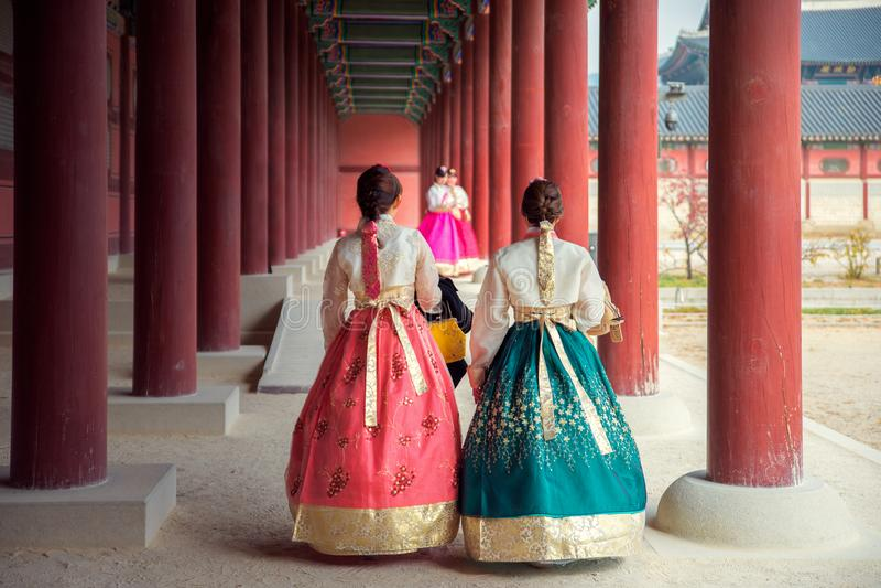 Koreaanse dame in Hanbok royalty-vrije stock afbeelding