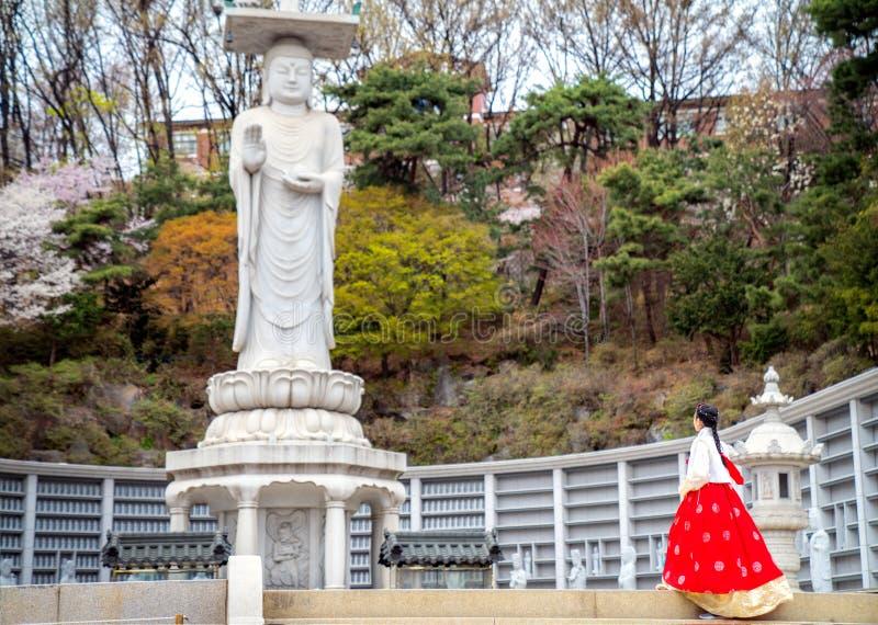 Koreaanse dame in Hanbok-kleding in Bongeunsa-tempel royalty-vrije stock foto
