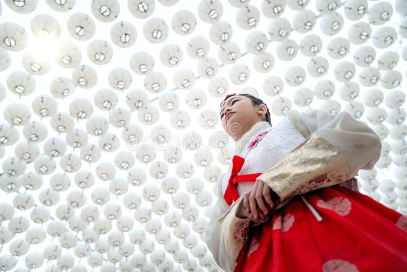 Koreaanse dame in Hanbok-kleding in lantaarnstadion stock foto