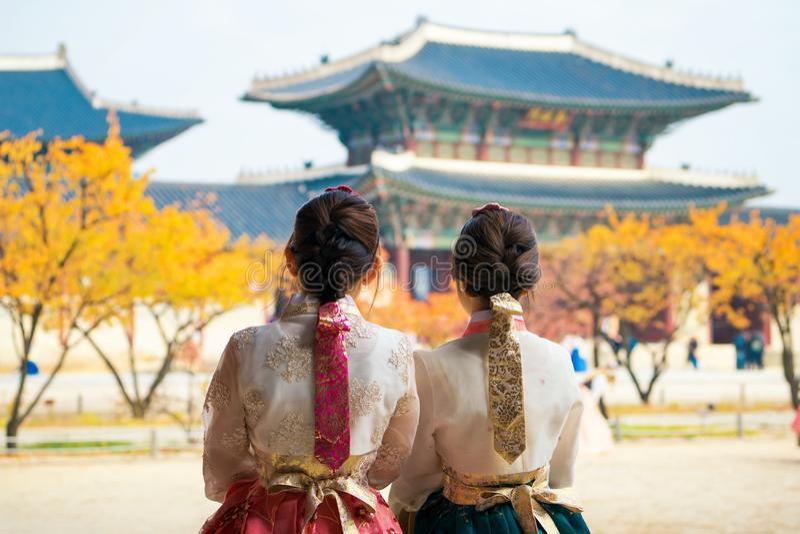 Koreaanse dame in hanbokkleding stock afbeeldingen