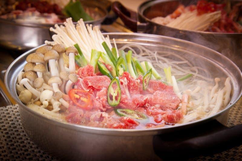 Koreaanse hete pot van rundvlees met paddestoel, ui en Spaanse peper royalty-vrije stock fotografie