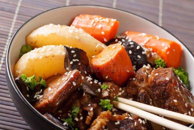 Koreaanse keuken: ribben die met paddestoelen, peren en wortelencl worden gestoofd royalty-vrije stock afbeelding