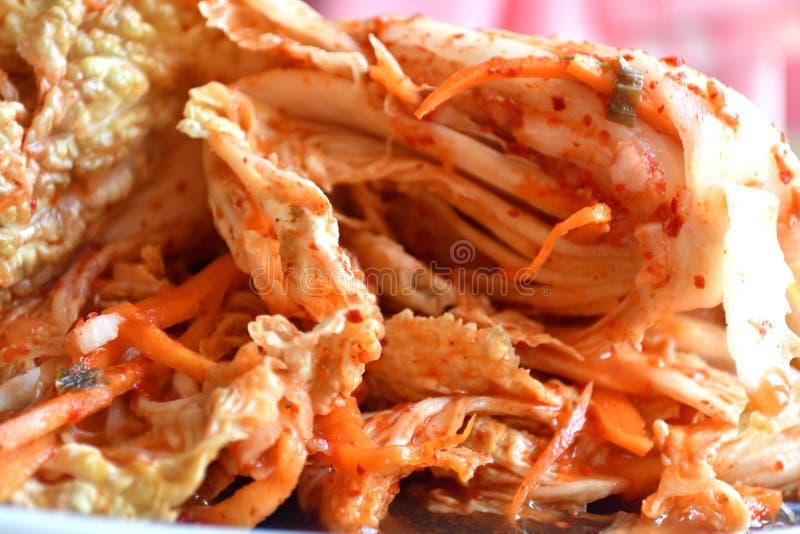 Koreaanse kimchi sidedish op neutrale achtergrond stock afbeelding