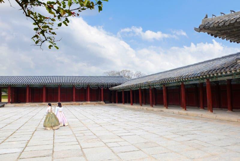 Koreaanse Meisjes geklede Hanbok die in Changgyeonggung-Paleis lopen stock foto's