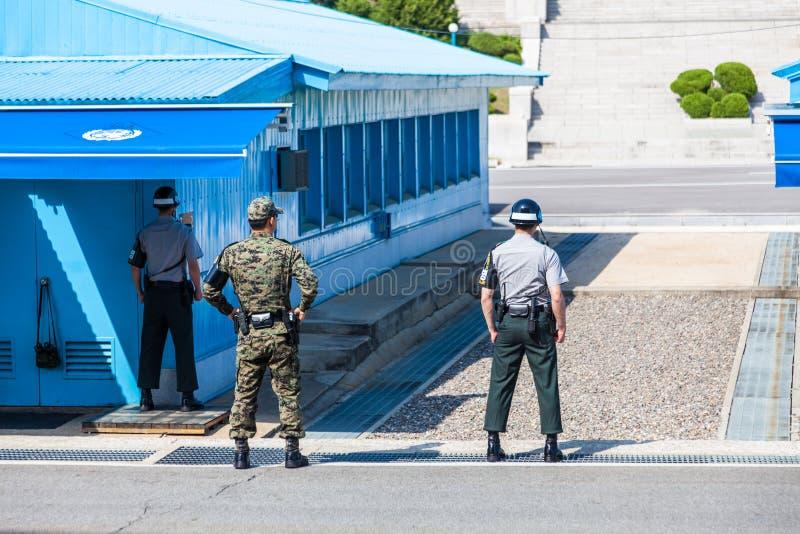 Koreaanse militairen die op grens tussen Zuiden en Noord-Korea in het Gezamenlijke Veiligheidsgebied letten (DMZ) stock fotografie