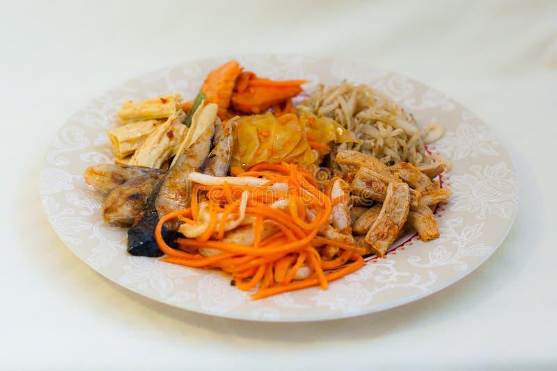 Koreaanse salades, soja, kimchi, kruidige vissen, wortelen, calamari, tofu en vissen - zeevruchten in Russische Keuken Van het Ve stock foto