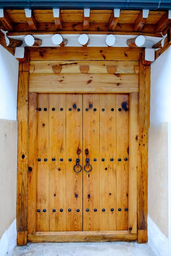 Koreaanse traditionele deur met muren die van cement wordt gemaakt royalty-vrije stock afbeelding