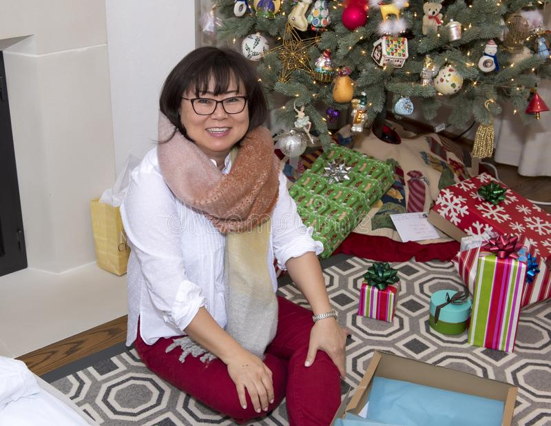 Koreaanse vrouw het vieren Kerstmis in haar huis stock foto