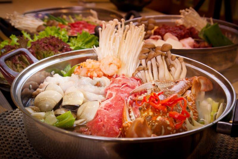 Koreaanse zeevruchten hete pot met overzeese krab, tweekleppige schelpdieren, garnalen en octopus royalty-vrije stock afbeeldingen