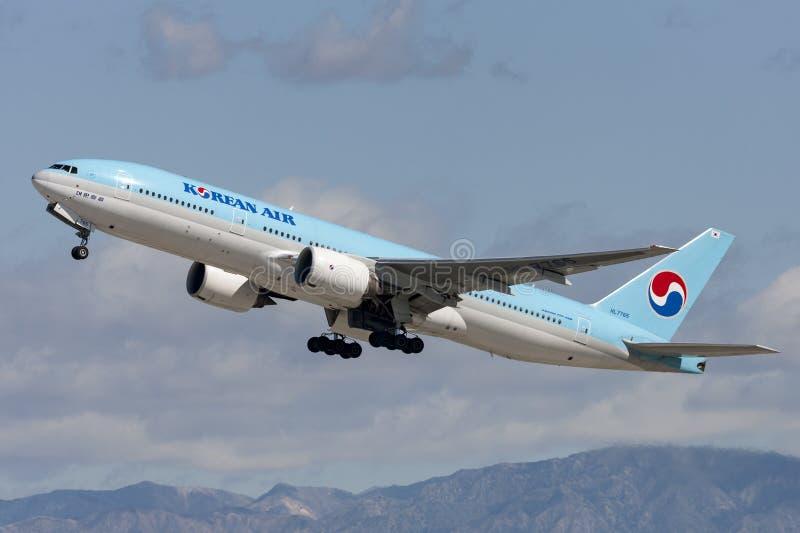 Korean Air Boeing 777 bierze daleko od Los Angeles lotniska międzynarodowego obraz stock