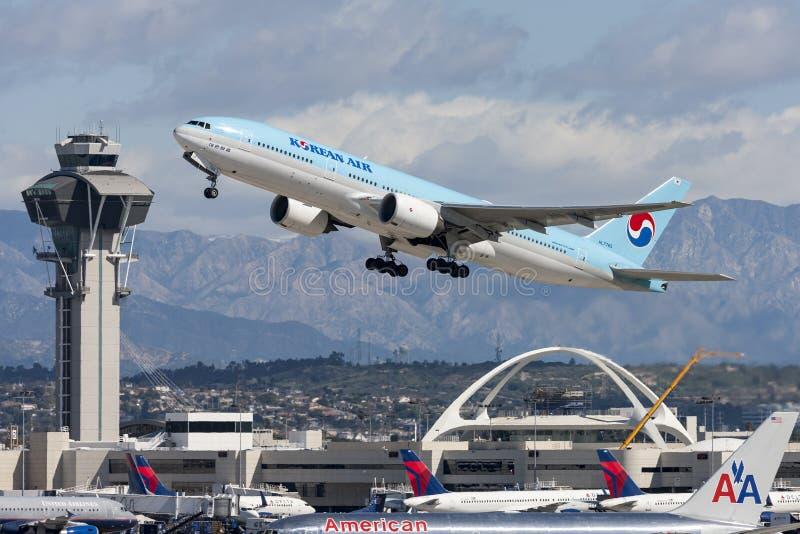 Korean Air Boeing 777 décollant de l'aéroport international de Los Angeles photo libre de droits