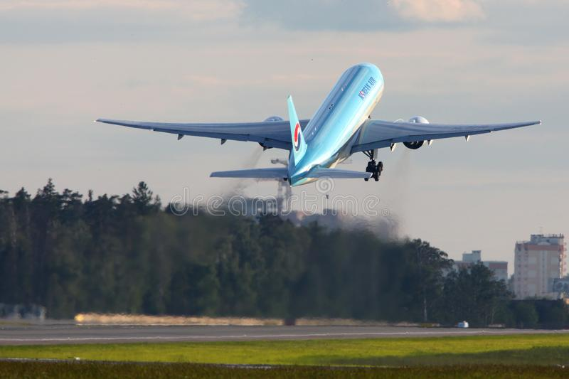 Korean Air Boeing 777-200 HL7715 på Sheremetyevo den internationella flygplatsen arkivbild