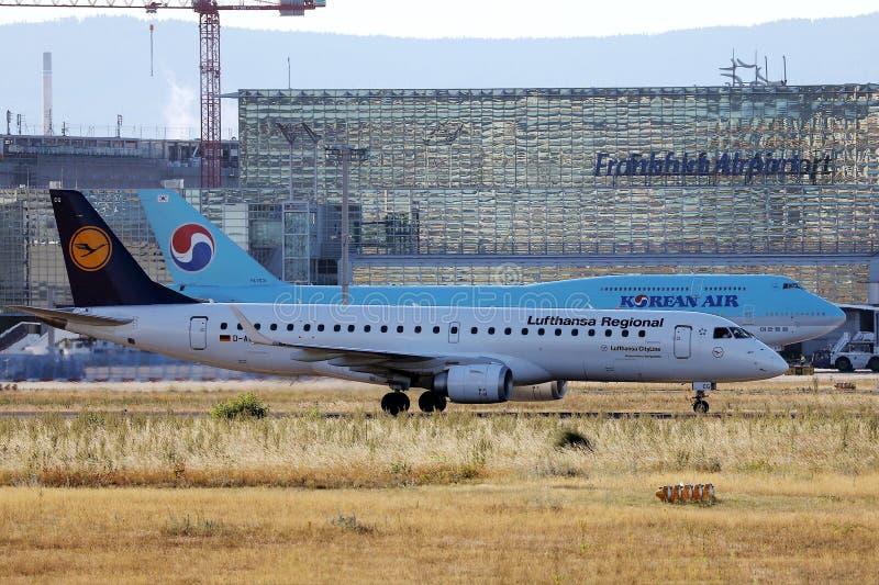 Korean Air och Lufthansa nivåer som åker taxi i den Frankfurt flygplatsen, FRA, Tyskland arkivbilder