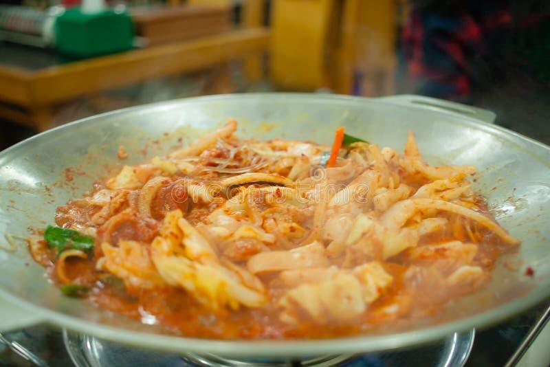 Korean stekte under omrörning griskött och tioarmade bläckfisken med kryddig sås arkivfoto