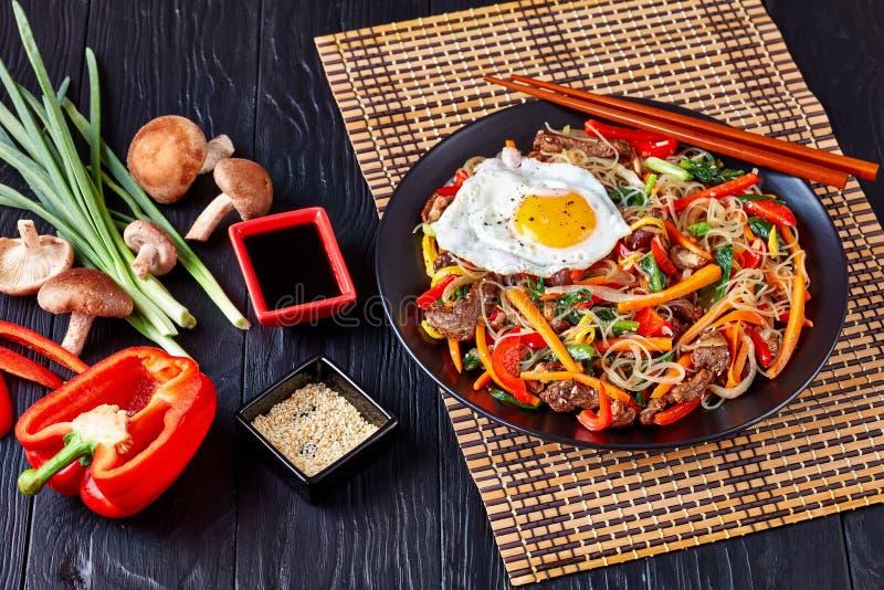 Koreaner Japchae: dangmyeon, Rindfleisch und Gemüse lizenzfreies stockbild