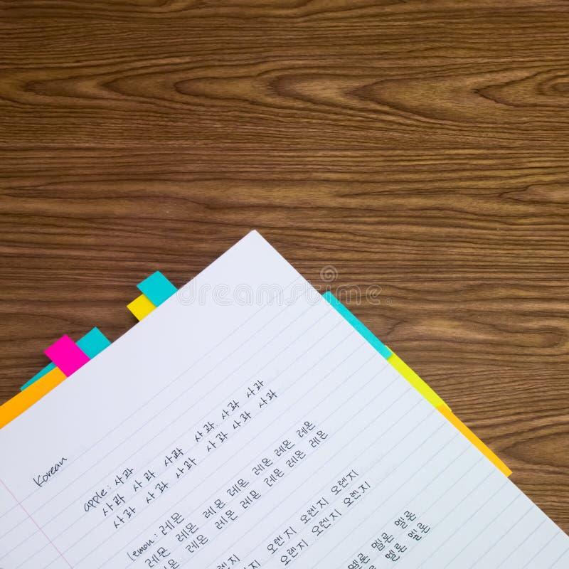 Koreanisch; Lernen von neuen Sprachschreibens-Wörtern auf dem Notizbuch stockbilder