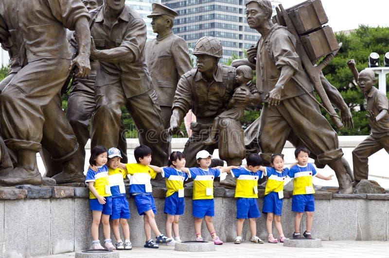 Koreanische Kinder am Krieg-Denkmal stockfoto