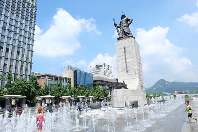 Koreanische Kinder spielen ein Wasser an der Statue von Admiral Yi Sun-Shin 충ë¬'ê ³ µ ì  ' ìˆœì ‹ë  ™ìƒ  lizenzfreies stockfoto