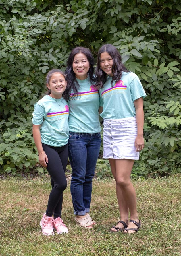 Koreanische Mutter, die mit ihren Amerasian-Töchtern in Washington Park Arboretum, Seattle, Washington aufwirft stockfoto