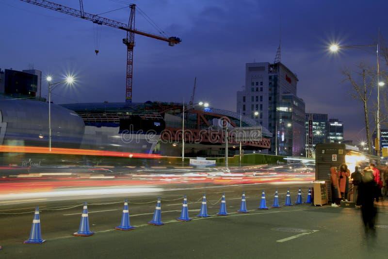 Koreanische Seoul-Straße nach Sonnenuntergang stockfotos