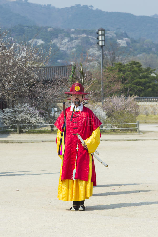 Koreanische Soldatkostüm-Weinlesepraxis um Gyeongbokgungs-Kumpel stockfoto