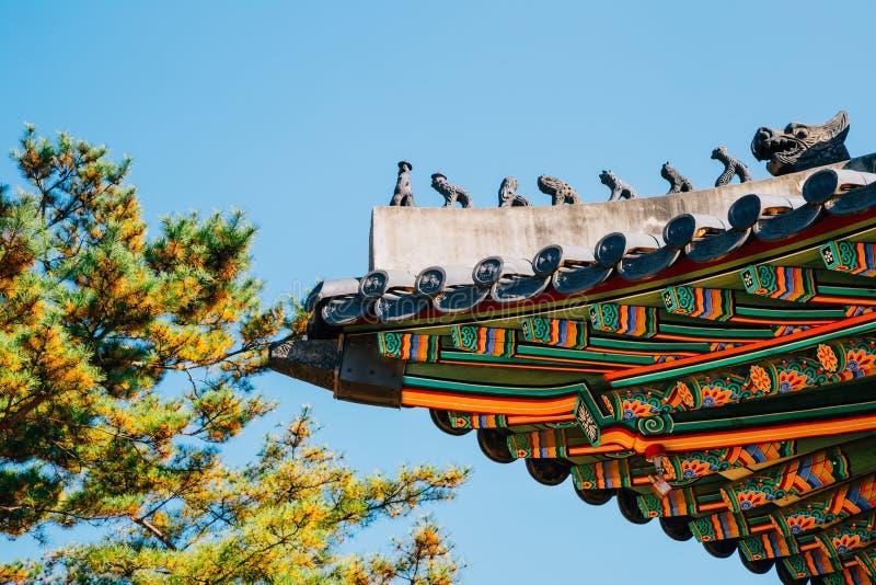 Koreanische traditionelle Architekturdachgesimse und Baum, blauer Himmel an Deoksugungs-Palast in Seoul, Korea stockfoto