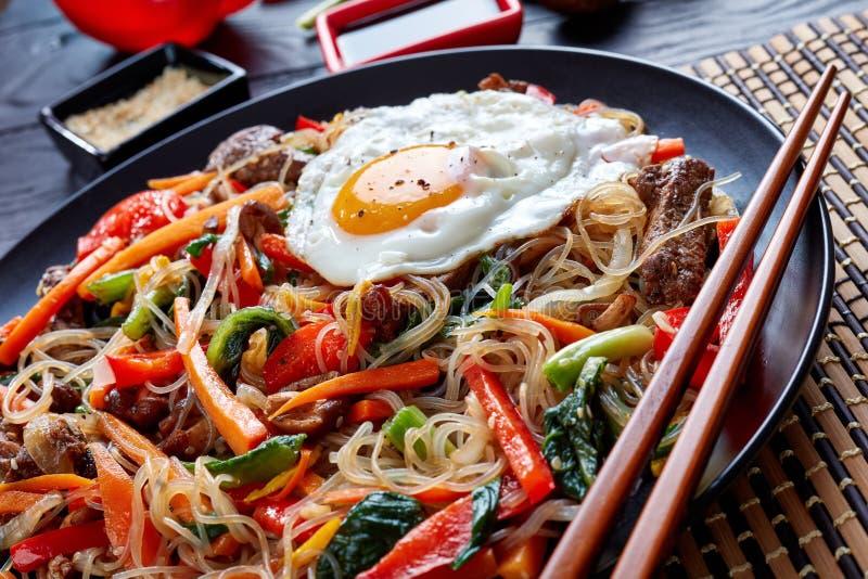 Koreanischer Aufruhr briet Nudeln mit Gemüse und Fleisch lizenzfreie stockfotografie