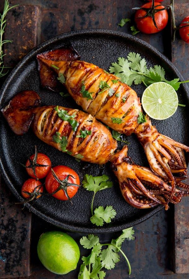 Koreanischer BBQ-Kalmar calamary und Bestandteile auf dunklem Hintergrund Traditioneller koreanischer Teller - gegrillter Kalmar  stockbilder