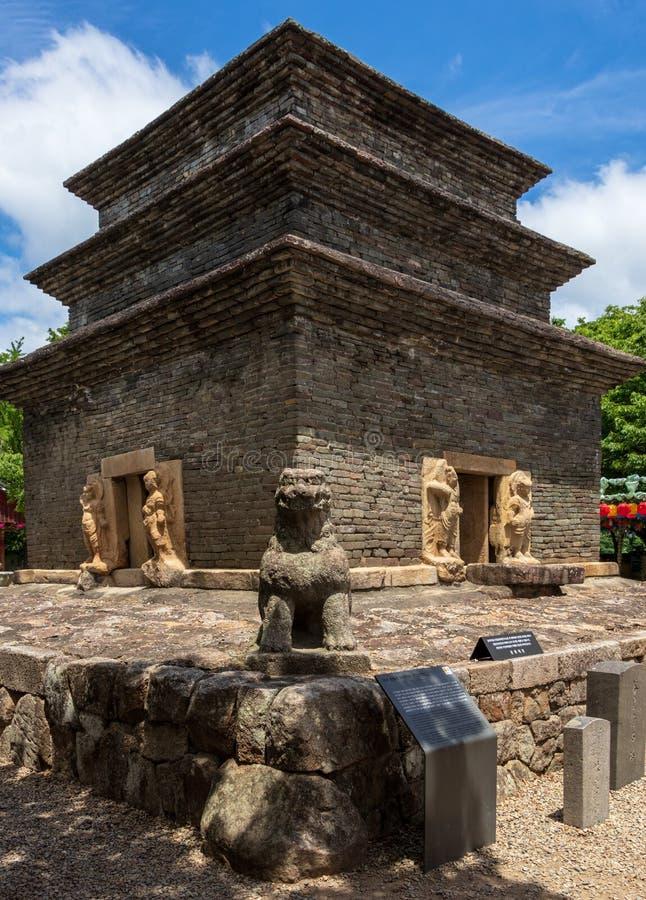 Koreanischer buddhistic Bunhwangsa-Tempel mit vielen Laternen, zum von buddhas Geburtstag an einem vollen Tag zu feiern Gefunden  lizenzfreies stockbild