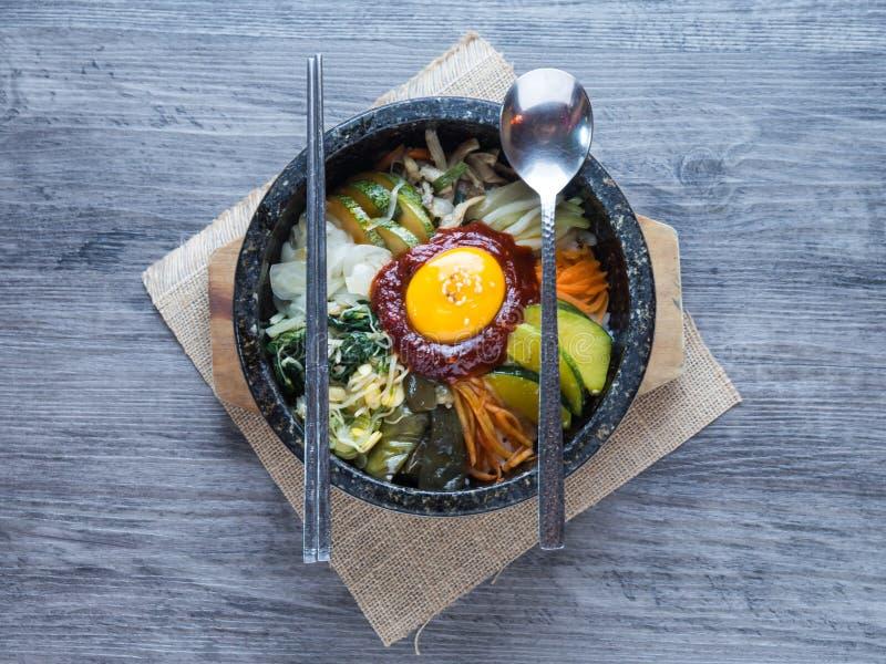 Koreanischer Reis mis mit Gemüse und Ei mit koreanischer Soße lizenzfreie stockfotos