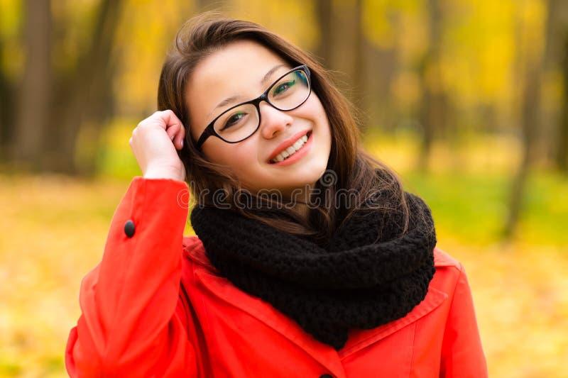 Koreanisches Mädchen des Herbstporträts, das in den Gläsern lächelt stockbilder