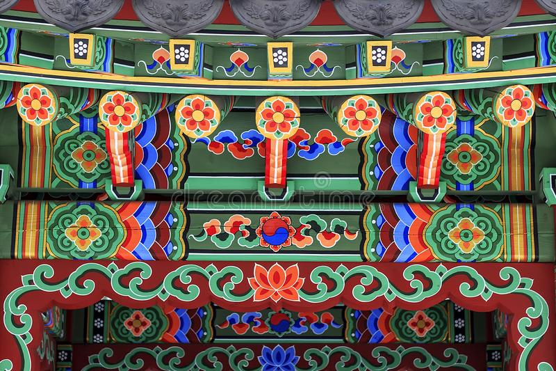 Koreansk arkitektur - det färgrika trätaket av gazeboen målade i traditionell koreansk blom- stil arkivbild