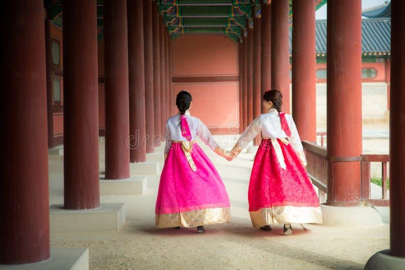 Koreansk dam i hanbokklänning royaltyfri foto