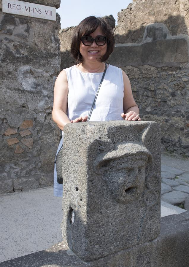 Koreansk kvinna på ferie bak ett offentligt vatten som dricker springbrunnen, Scavi Di Pompei royaltyfria foton