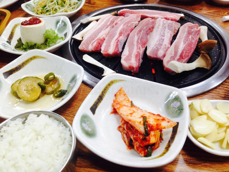 Koreansk mat, BBQ, grillade griskött i den koreanska restaurangen, Sydkorea royaltyfri bild