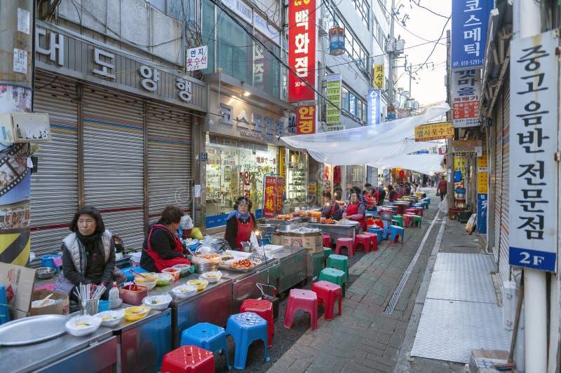 Koreansk traditionell gatamat, Chungmu Gimbap som försäljer i liten gränd på den Gukje marknaden i Busan, Sydkorea royaltyfri foto