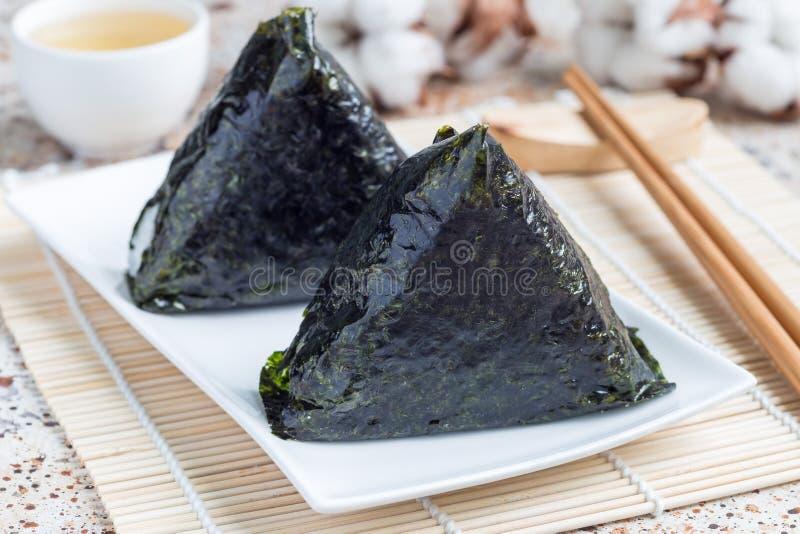 Koreansk triangelkimbap Samgak med den nori-, ris- och tonfiskfisken som är liknande till den japanska onigirien för risboll hori fotografering för bildbyråer