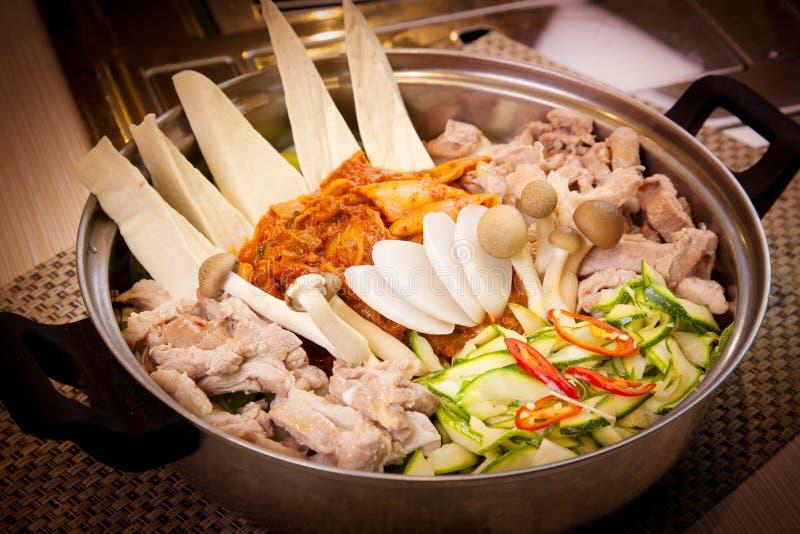 Koreansk varm kruka av griskött med champinjonen, den kim chien och gurkan fotografering för bildbyråer